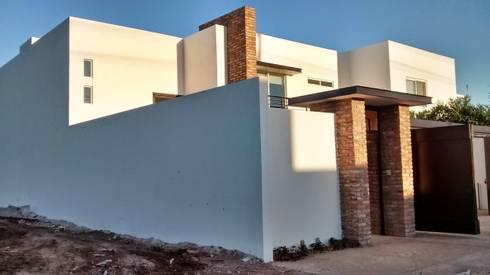 Entrada II:  de estilo  por Guiza Construcciones