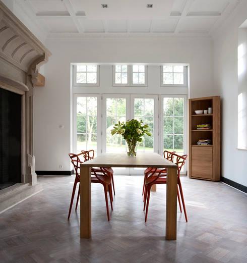 Oak Apron Dining Table : Comedor de estilo  por bolighus design
