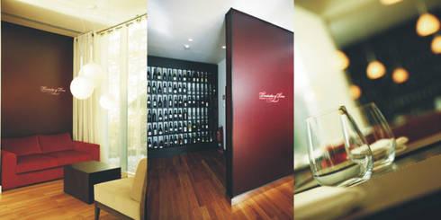 Sala de espera e garrafeira: Espaços de restauração  por Traço Magenta - Design de Interiores