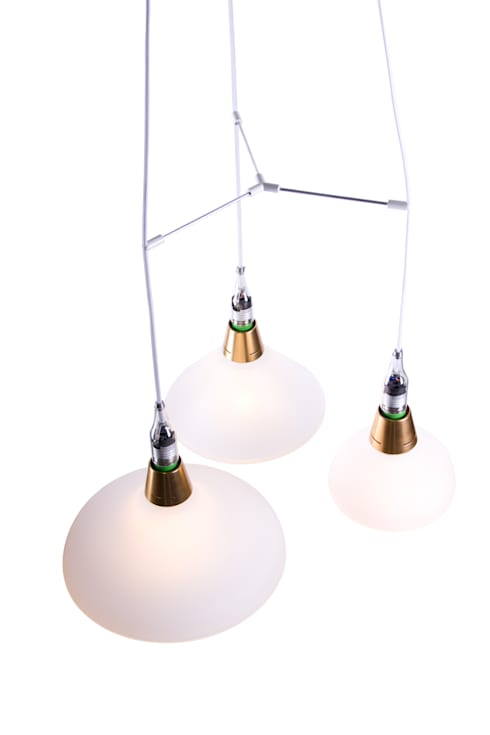 The small, medium and large lamp on our triple pendant.: moderne Eetkamer door Booo BV