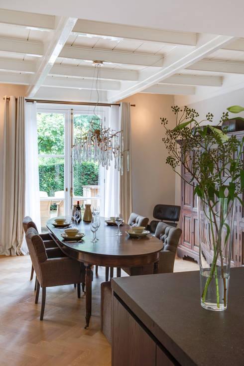 woonkeuken in monumentaal landhuis: moderne Eetkamer door choc studio interieur