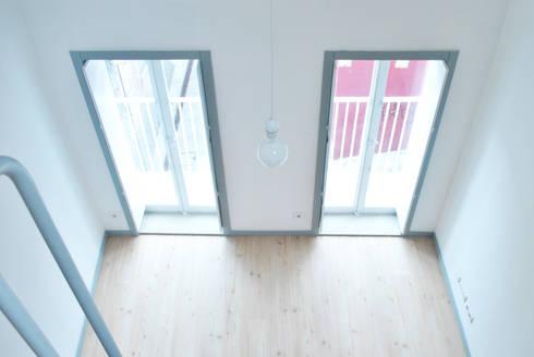 Vista desde el altillo del estudio: Salones de estilo escandinavo de Estudio de Arquitectura Sra.Farnsworth