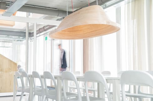 Twisted Light: moderne Eetkamer door Studio Erwin Zwiers
