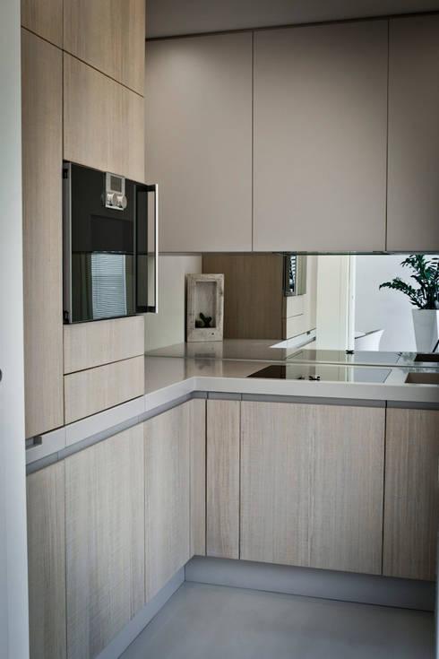 """la cucina in """"scatola"""" : Cucina in stile in stile Moderno di studio di progettazioni DARCHIMIRE"""