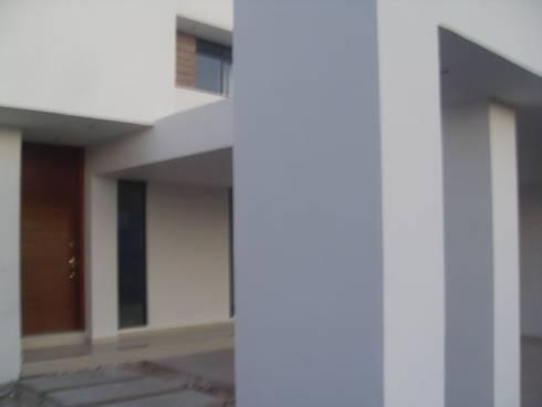 Detalle: Casas de estilo minimalista por Guiza Construcciones