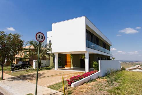 Fachada Frontal: Casas modernas por HAUS