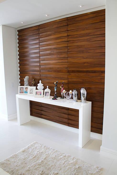 Pasillos y recibidores de estilo  por HAUS