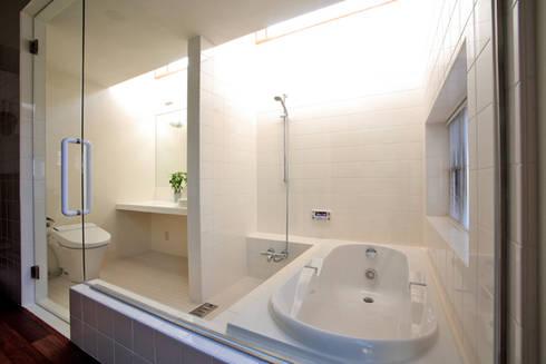 竹林風洞 バスルーム: アーキシップス古前建築設計事務所が手掛けた浴室です。