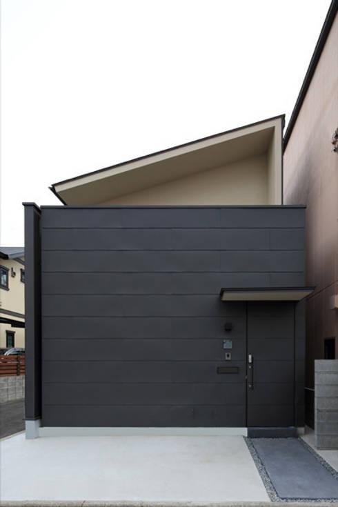 ねことひきこもる家 全景: アーキシップス古前建築設計事務所が手掛けた家です。