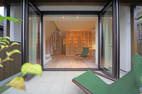 湖風の家 テラスから書斎を見る: アーキシップス古前建築設計事務所が手掛けたベランダです。