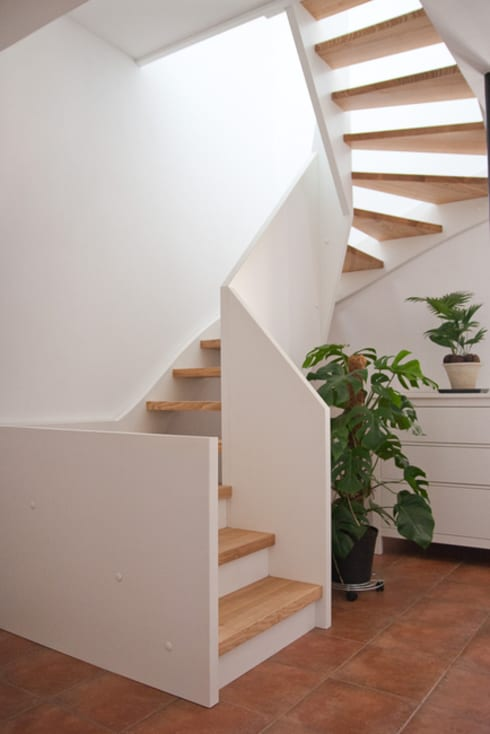 Innentreppe:  Flur & Diele von ahoch4 Architekten