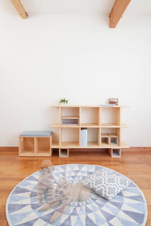 OBUSUMA: tona BY RIKA KAWATO / tonaデザイン事務所が手掛けたリビングルームです。