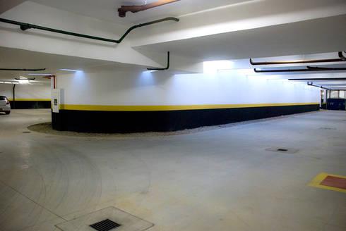 Jabuticabeiras Building: Garagens e edículas modernas por ARQdonini Arquitetos Associados