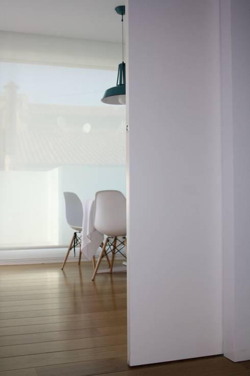 Puerta corredera de acceso a cocina.: Puertas y ventanas de estilo moderno de MUDEYBA S.L.