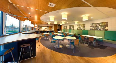 BDO restaurant vloer tegels en bamboe plafond mineraal en bamboe :  Kantoorgebouwen door Axel Grothausen BNI
