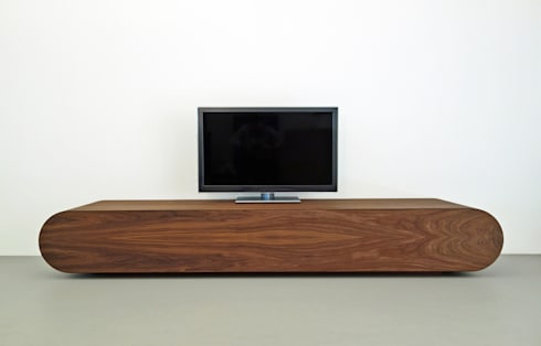 TV meubel Pure - notenhout: minimalistische Woonkamer door RKNL