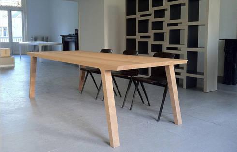 Eettafel One: minimalistische Eetkamer door RKNL