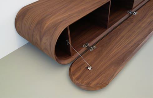 TV meubel Pure - notenhout: moderne Woonkamer door RKNL