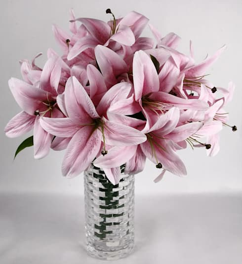 Pink Lily bunches in a minimalist arrangement: eclectic Living room by Uberlyfe