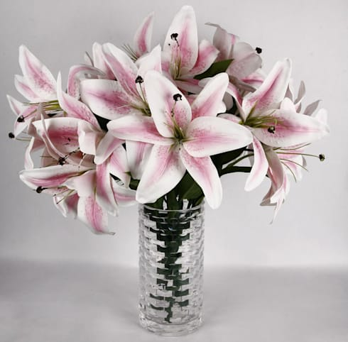 Light Pink Lily bunches in a glass vase: eclectic Dining room by Uberlyfe