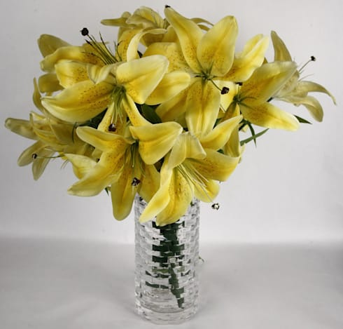Buttery Yellow Lily bunches in a minimalist look: minimalistic Dining room by Uberlyfe