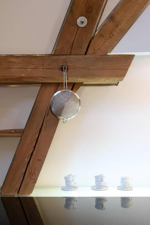 Detail alte Tragkonstruktion in der neuen Küche: moderne Küche von w3-architekten Gerhard Lallinger