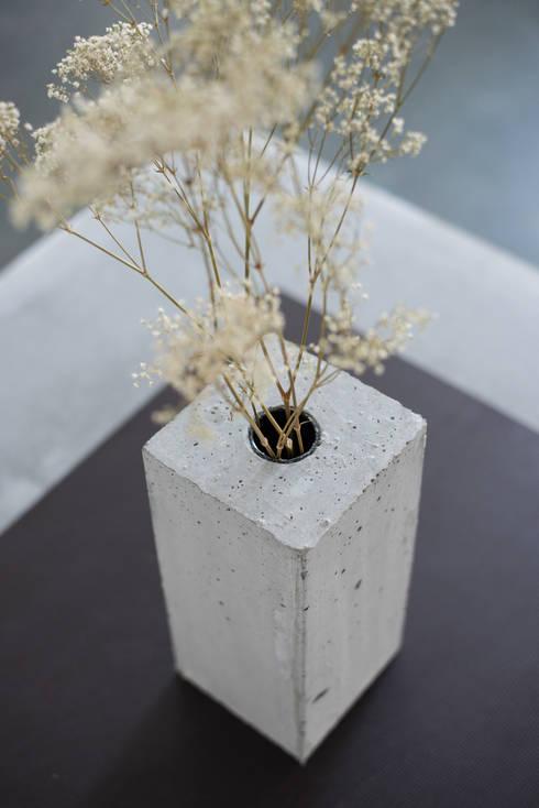 Beton Vase:  Wohnzimmer von Accidental Concrete