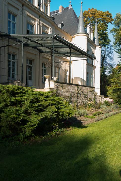 Dom pod Berlinem: styl , w kategorii Taras zaprojektowany przez Loft Kolasiński