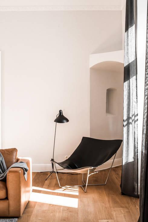skandinavische Wohnzimmer von Loft Kolasiński