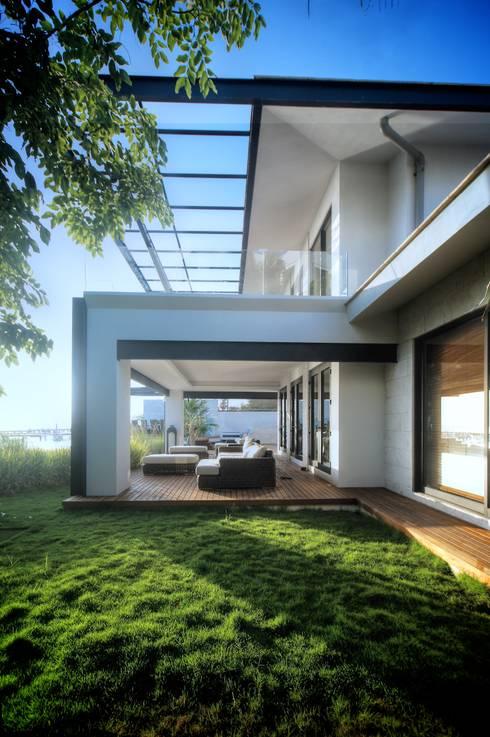Terraza planta baja: Terrazas de estilo  de sanzpont