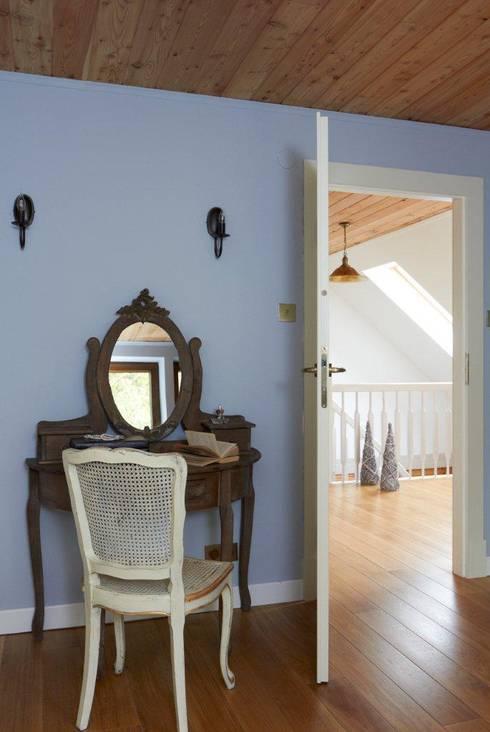 Camera da letto in stile in stile Rustico di Pracownia Projektowa Poco Design