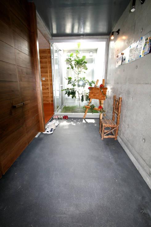 エントランスホール: Arms DESIGNが手掛けた廊下 & 玄関です。