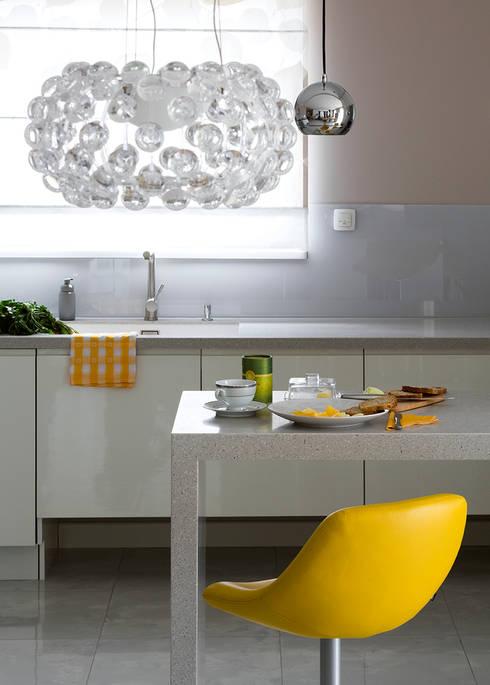 Kolorowy minimalizm: styl , w kategorii Kuchnia zaprojektowany przez Pracownia Projektowa Poco Design