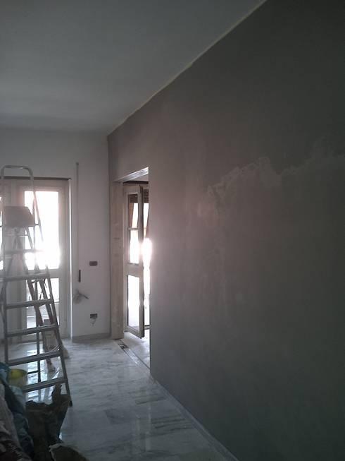 1a mano di colore parete soggiorno : Pareti & Pavimenti in stile  di Roberta Rose