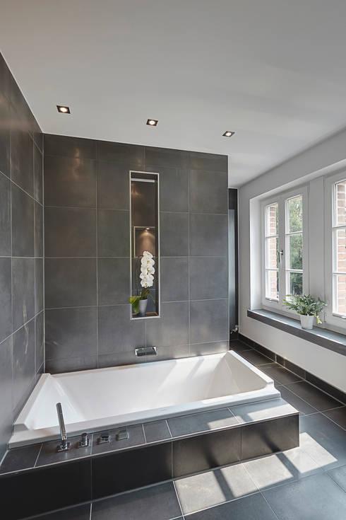 Baños de estilo moderno por 28 Grad Architektur GmbH