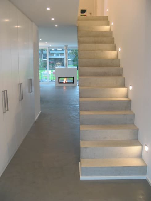 Corridor, hallway & stairs by STRICK  Architekten + Ingenieure
