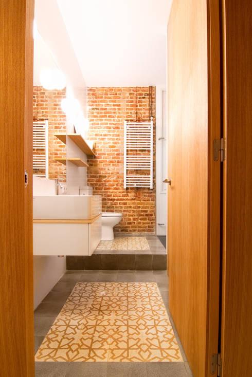 """Rehabilitación de Piso en el """"Eixample"""" de Barcelona: Baños de estilo ecléctico de IF arquitectos"""
