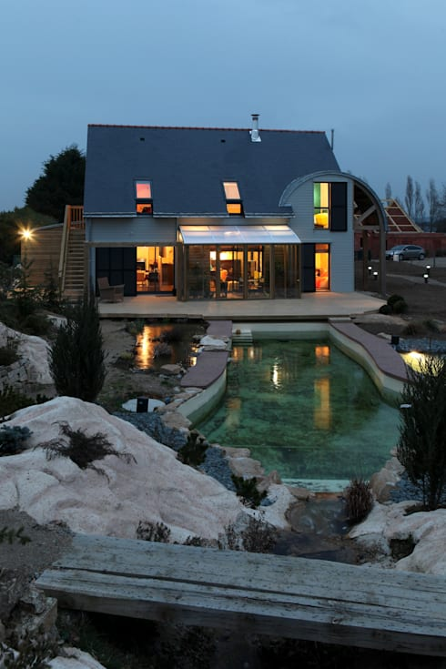 façade nuit: Maisons de style  par Patrice Bideau a.typique