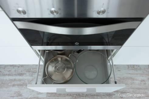 Detalle cajón extraíble : Cocinas de estilo moderno de Nivell Estudi de Cuines, S.L