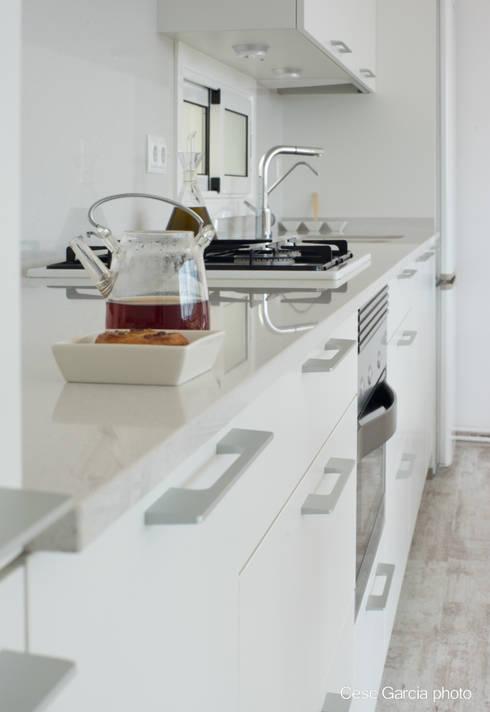 Cocinas de estilo moderno por Nivell Estudi de Cuines, S.L
