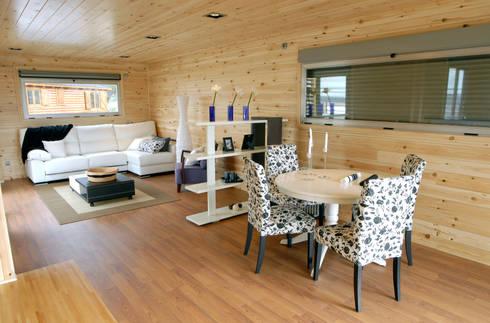 Salón comedor casa de madera Natura Blu 111: Comedores de estilo moderno de Casas Natura