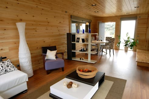 Entrada principal casa de madera Natura Blu 111: Salones de estilo moderno de Casas Natura