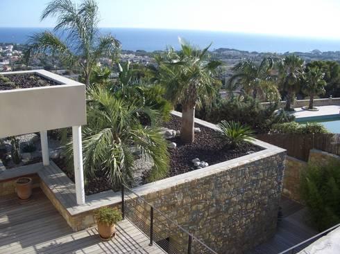 un jardin contemporain un balcon sur la mer de vanessa. Black Bedroom Furniture Sets. Home Design Ideas
