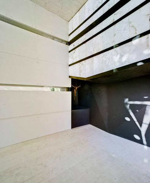 Panteón para un Ingeniero - Interior: Paredes de estilo  de MARTINEZ VIDAL ARQUITECTOS