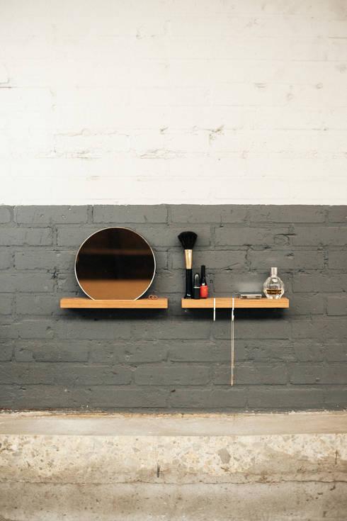 FIGR1 // Make-Up Setting // 2x Surface 30 - Reflector: minimalistische Kleedkamer door FIGR1