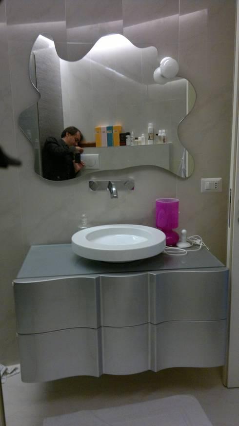Una morbida scatola bianco Optical: Bagno in stile  di Architetto Andrea Madonna