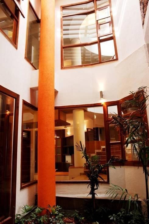 ANWAR SALEEM RESIDENCE:  Living room by Muraliarchitects