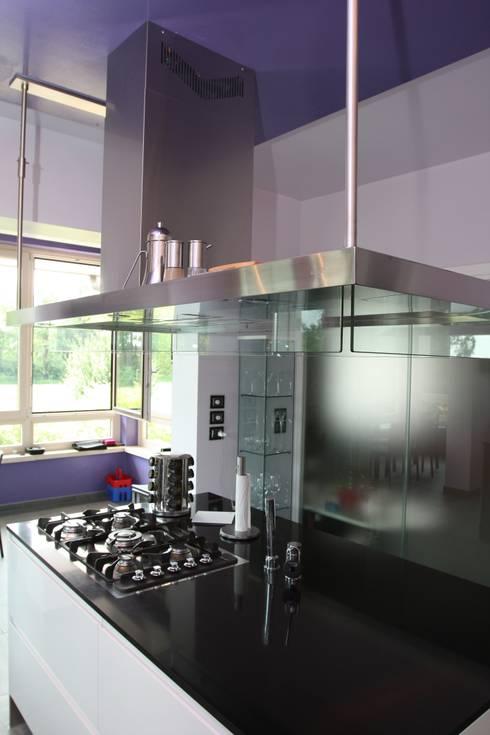 isola centrale con lo spazio fuochi: Cucina in stile  di Giuseppe Maria Padoan bioarchitetto - casarmonia progetti e servizi