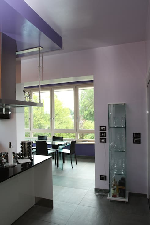 verso lo spazio pranzo ricavato nella nuova veranda: Cucina in stile  di Giuseppe Maria Padoan bioarchitetto - casarmonia progetti e servizi