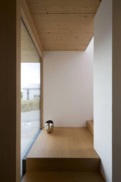 Couloir et hall d'entrée de style  par architektur + raum